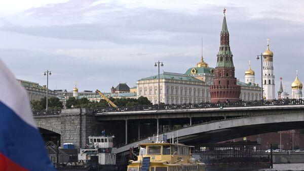 Turistički brod prolazi ispod Velikog kamenog mosta u blizini Kremlja u Moskvi - Sputnik Srbija