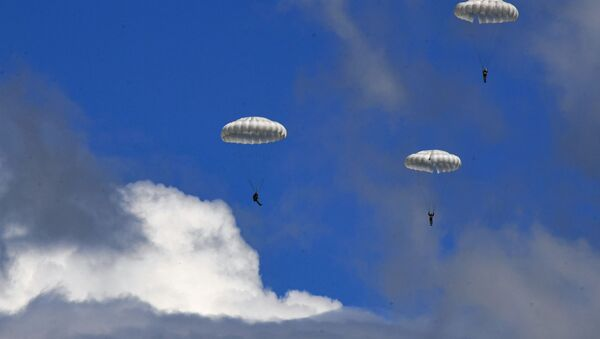 Падобранци 83. руске гардијске десантне јуришне бригаде током скокова у Приморју - Sputnik Србија