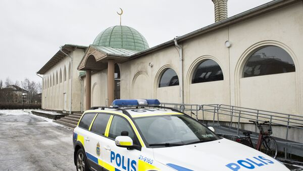 Полицијско возило испред џамије у Шведској - Sputnik Србија