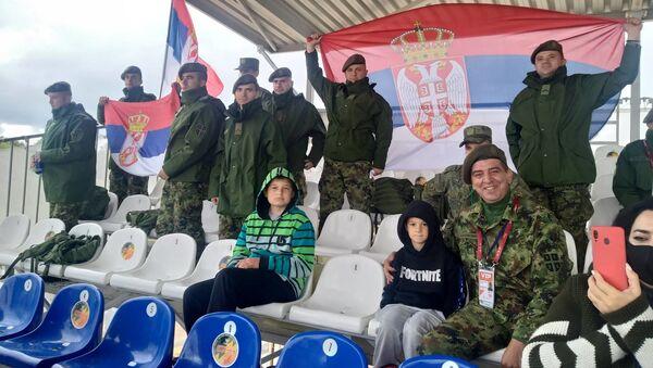 Припадници Војске Србије навијају за српски тим  - Sputnik Србија