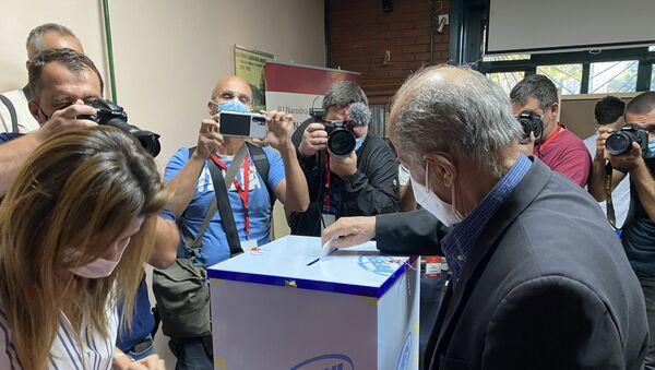 Izbori u Crnoj Gori prvi glasač na Cetinju - Sputnik Srbija
