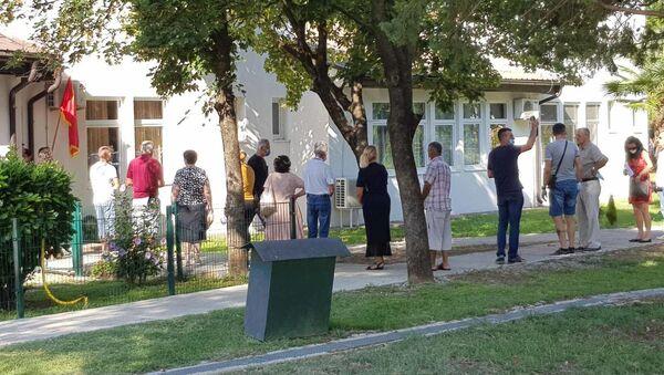 Red za glasanje ispred biračkog mesta u naselju Murtovina u Podgorici. - Sputnik Srbija