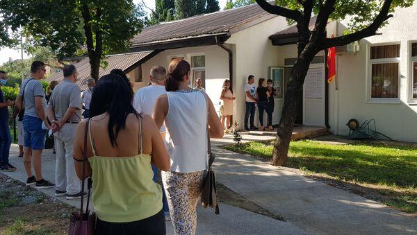 Ред за гласање испред бирачког места у Подгорици - Sputnik Србија