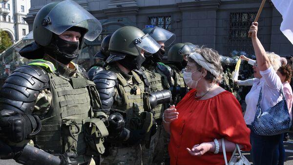 Припадници безбедносних снага Белорусије и присталице опозиције на протесту у Минску - Sputnik Србија