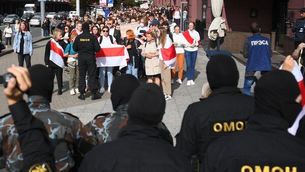 Pripadnici snaga za specijalne namene blokiraju prolaz pristalicama beloruske opozicije na protestu u Minsku - Sputnik Srbija