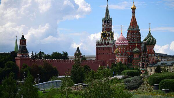 Pogled na zidine Kremlja iz parka Zarjadje u Moskvi - Sputnik Srbija