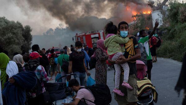Migranti beže od požara u kampu na ostrvu Lezbos - Sputnik Srbija