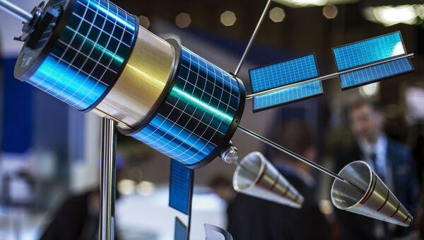Модел сателитског система Гоњец М на штанду компаније Информациони сателитски системи у оквиру авио-космичког сајма у Дубаију. - Sputnik Србија