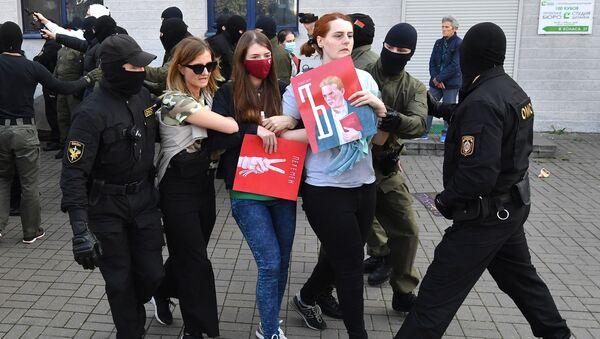 Припадници специјалних снага белоруске полиције приводе учеснице протеста у Минску - Sputnik Србија