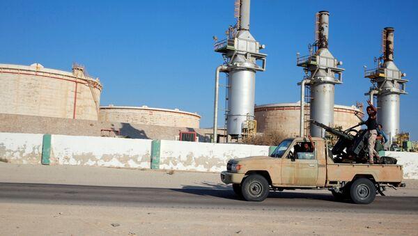 Припадници Либијске националне армије Халифе Хафтара пролазе поред нафтног постројења Зуејтина западно од Бенгазија - Sputnik Србија