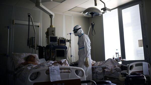 Лекар и пацијенти у болници за оболеле од ковида 19 - Sputnik Србија