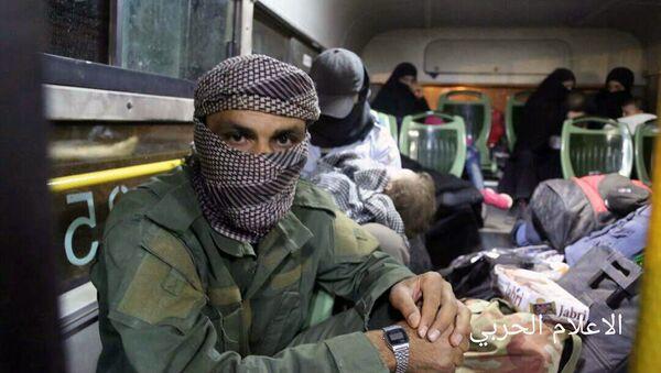 Militanti povezani sa Al Kaidom sede u autobusu sa porodicama, nakon evakuacije iz grada Arsal, u blizini sirijske granice, na severoistoku Libana - Sputnik Srbija