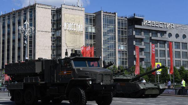 Višecevni raketni lanser TOS-2 Tosočka na Paradi pobede u Moskvi - Sputnik Srbija