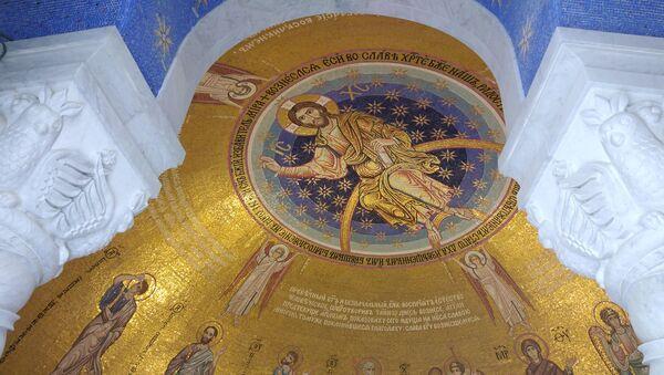 Комадићи мозаика нису једнаке величине и дубине, а нису ни полирани, као што је то рађено некада у римским и византијским мозаицима, тако да при одговарајућем осветљењу стварају специфичну игру светлости.  - Sputnik Србија