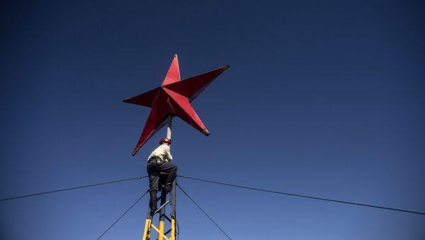 Црвена звезда постављена на згради - Sputnik Србија