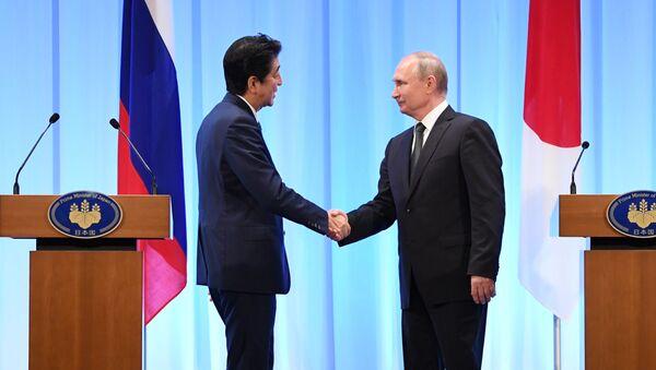 Јапански премијер Шинзо Абе и председник Русије Владимир Путин на заједничкој конференцији за медије након састанка у Осаки - Sputnik Србија