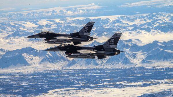 Dva američka lovca F-16 Fajting falkon lete iznad Aljaske - Sputnik Srbija