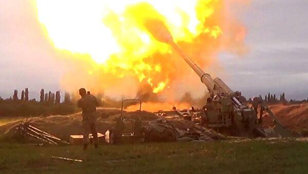 Азербејџански војници пуцају из артиљеријског оруђа током сукоба у Нагорно-Карабаху - Sputnik Србија
