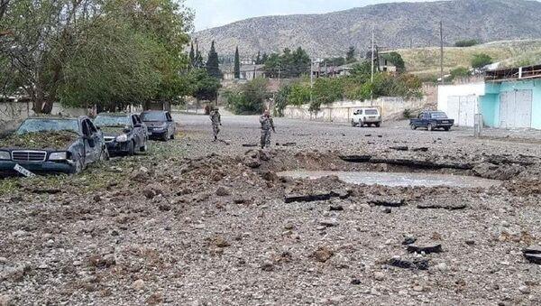 Уништени аутомобили и кратер од ваздушног напада азербејџанских снага на Нагорно-Карабах - Sputnik Србија