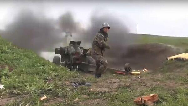 Jermenski vojnik puca iz topa na kontakt liniji u Nagorno-Karabahu - Sputnik Srbija