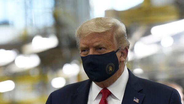 Амерички председник Доналд Трамп са заштитном маском на лицу - Sputnik Србија