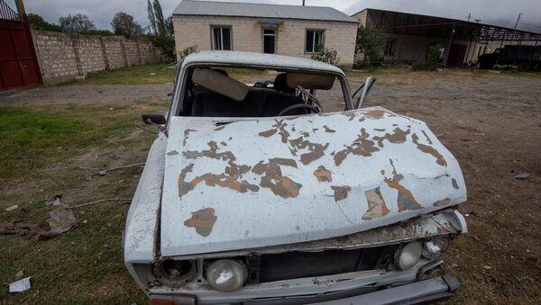 Уништен аутомобил и кућа у предграђу Степанакерта у Нагорно-Карабаху - Sputnik Србија