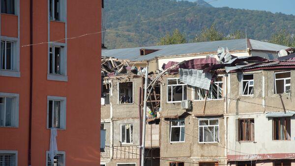 Stambene zgrade uništene u granatiranju Stepanakerta u Nagorno-Karabahu - Sputnik Srbija