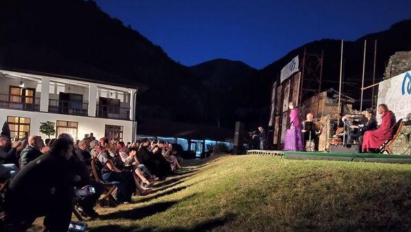 "Publika je uživala u notama Internacionalnog ansambla ""Medimus"", a gosti večeri bili su Hor i orkestar Prizrenske bogoslovije. - Sputnik Srbija"