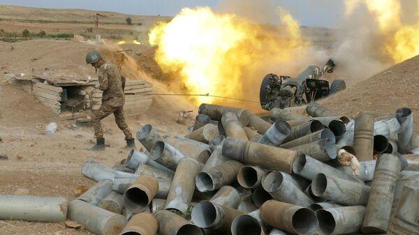 Jermenski vojnik puca iz artiljerijskog oruđa tokom sukoba u Nagorno-Karabahu - Sputnik Srbija