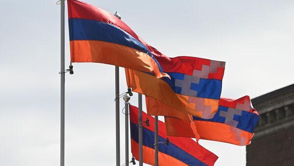 Zastave Nagorno-Karabaha i Jermenije na Trgu Slobode u Stepanakertu - Sputnik Srbija