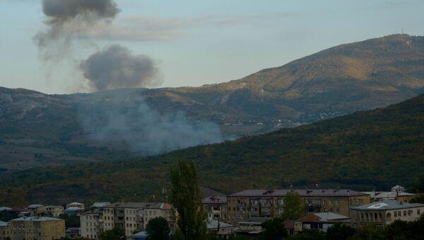 Дим се вије наког гранатирања Степанакерта у Нагорно-Карабаху од стране азербејџанских Оружаних снага - Sputnik Србија