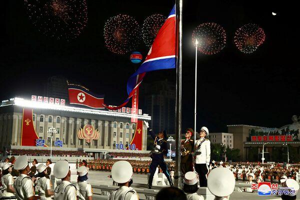 Podizanje zastave Severne Koreje na vojnoj paradi  - Sputnik Srbija