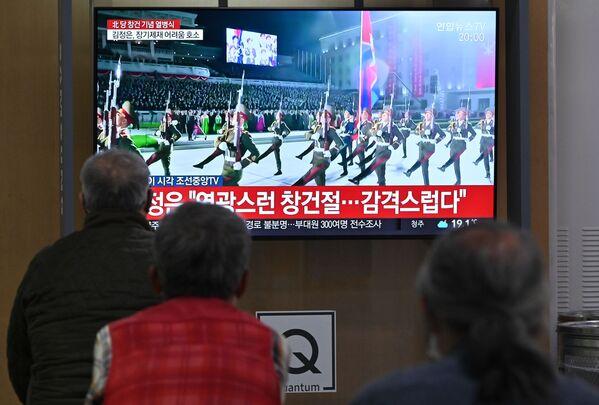 Direktan prenos vojne parade u Severnoj Koreji na železničkoj stanici u Seulu.  - Sputnik Srbija