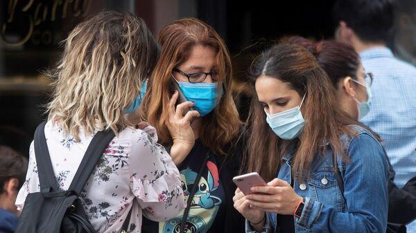 Devojke nose zaštitne maske - Sputnik Srbija
