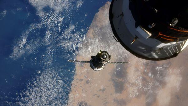 Свемирски брод Сојуз МС-17 са посадом пре спајања са модулом Расвет на Међународној свемирској станици - Sputnik Србија