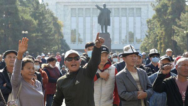 Демонстранти испред зграде Владе Киргизије у Бишкеку - Sputnik Србија