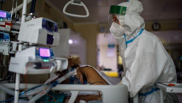 Medicinska sestra u jedinici intenzivne nege u kovid bolnici - Sputnik Srbija