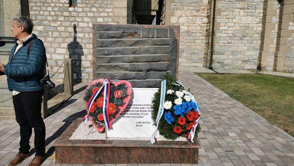 Položeni venci na obnovljeni spomenik poginulim Crvenoarmejcima - Sputnik Srbija