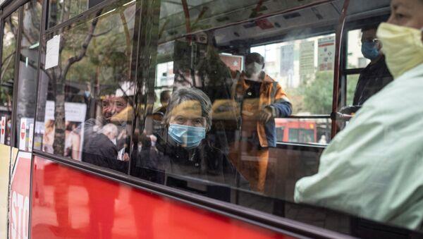 Путници носе маске у градском превозу - Sputnik Србија