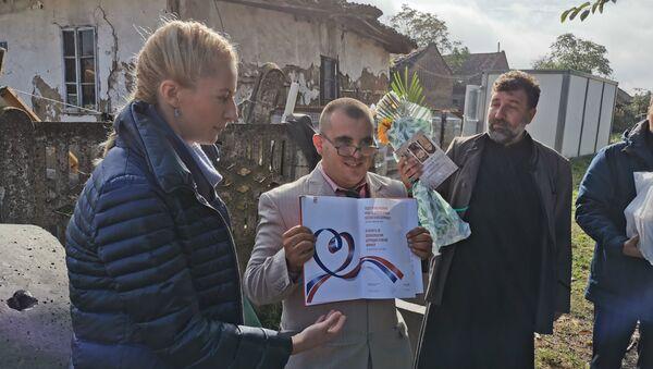 Владимир Којанић у рукама држи своју прву књигу - Sputnik Србија