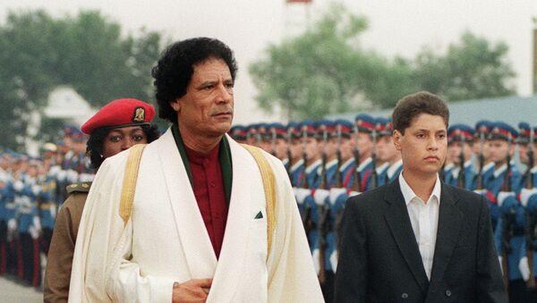 Libijski vođa Moamer el Gadafi sa sinom Sejfom el Islamom u Beogradu na Samitu nesvrstanih 1989. godine - Sputnik Srbija