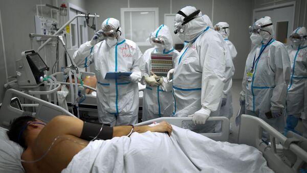 Лекари са пацијентом у ковид болници - Sputnik Србија