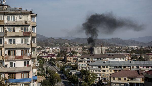 Дим се вије након гранатирања Степанакерта у Нагорно-Карабаху - Sputnik Србија