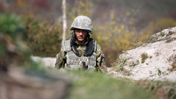 Jermenski vojnik na frontu tokom sukoba u Nagorno-Karabahu - Sputnik Srbija