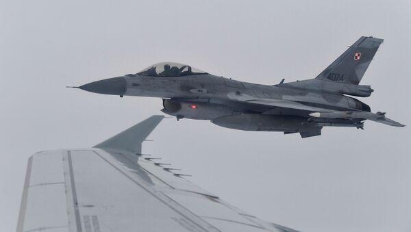 Avion F-16 poljskog ratnog vazduhoplovstva tokom vojnih vežbi NATO-a - Sputnik Srbija