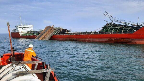 Танкер Генерал Ази Асланов оштећен у експлозији на Азовском мору, довучен је до луке Кавказ - Sputnik Србија