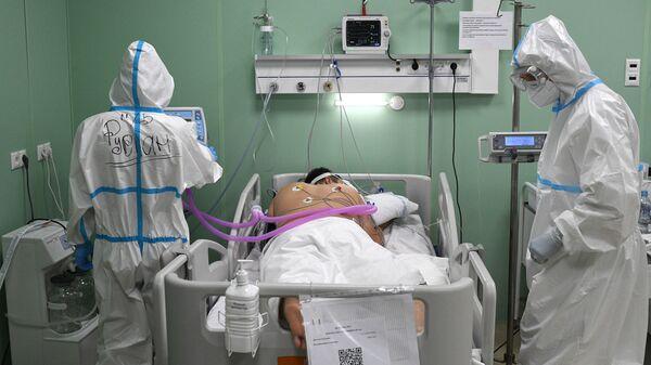 Lekari daju terapiju pacijentu u privremenoj bolnici za pacijente sa kovidom u Moskvi - Sputnik Srbija