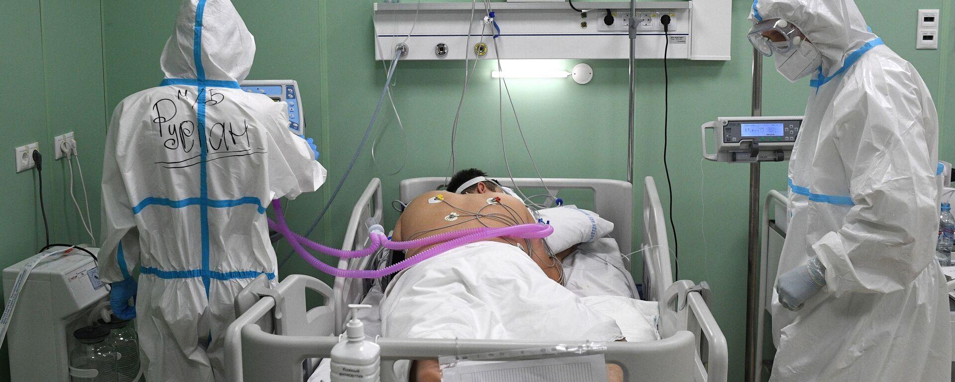 Лекари дају терапију пацијенту у привременој болници за пацијенте са ковидом у Москви - Sputnik Србија, 1920, 30.09.2021