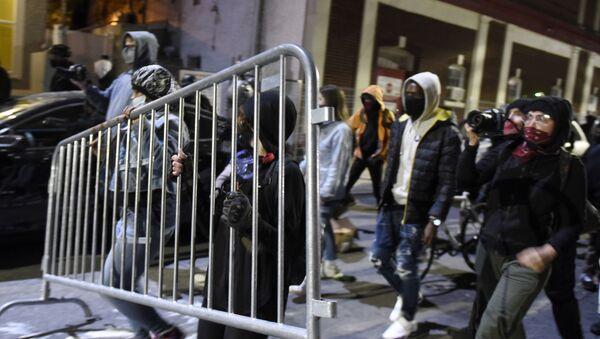 Demonstranti nose ogradu na protestima u Filadelfiji - Sputnik Srbija