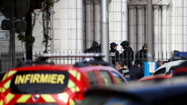 Francuski policajci na uviđaju, na mestu gde se desio napad nožem u Nici - Sputnik Srbija